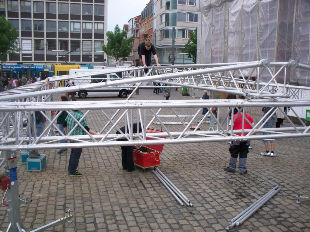 Aufbau der 10m x 6m Bühne