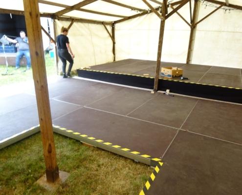 Tanzboden-Bühne auf Wiese