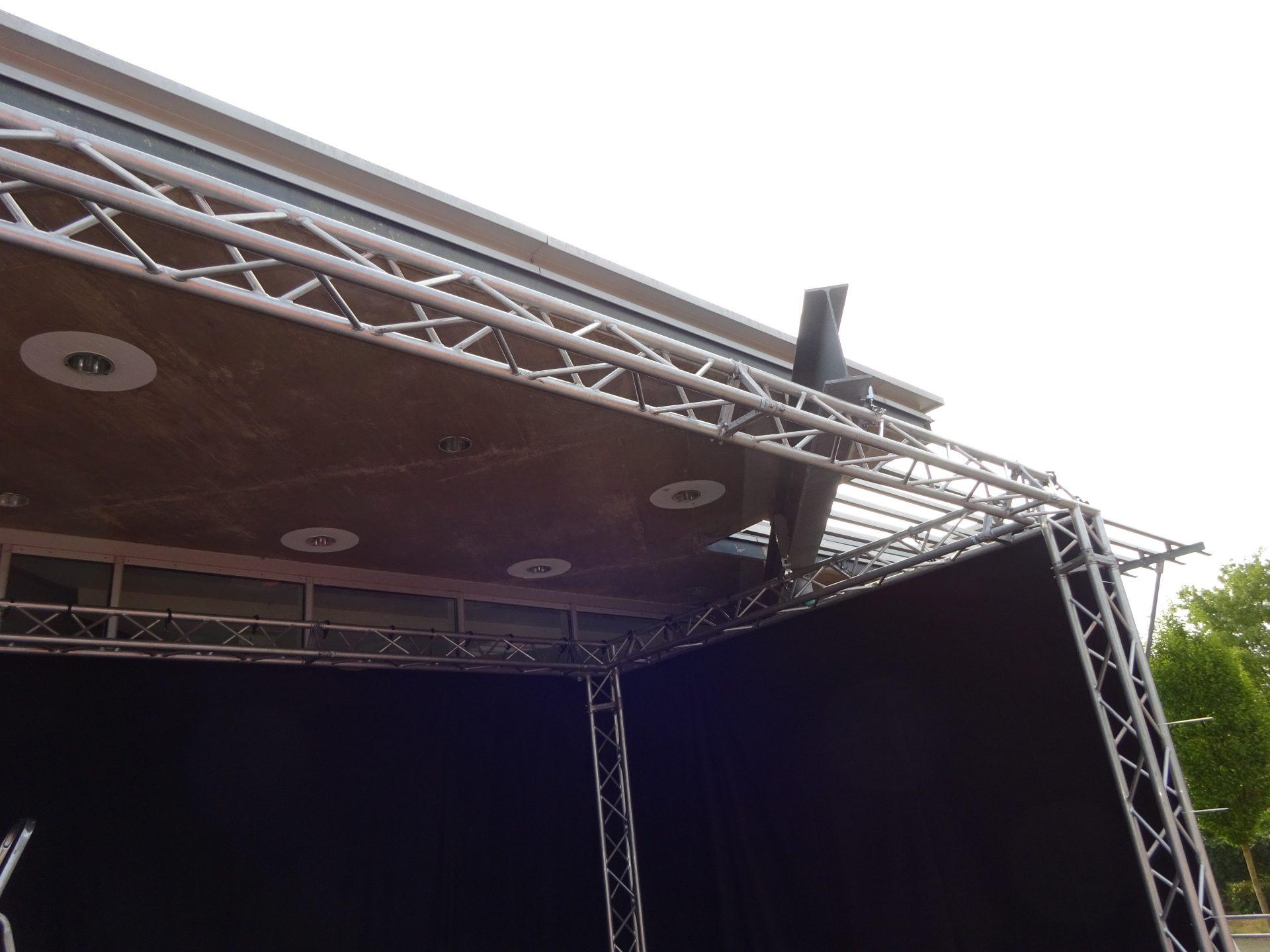 Bühnenumrandung passgenau am Träger