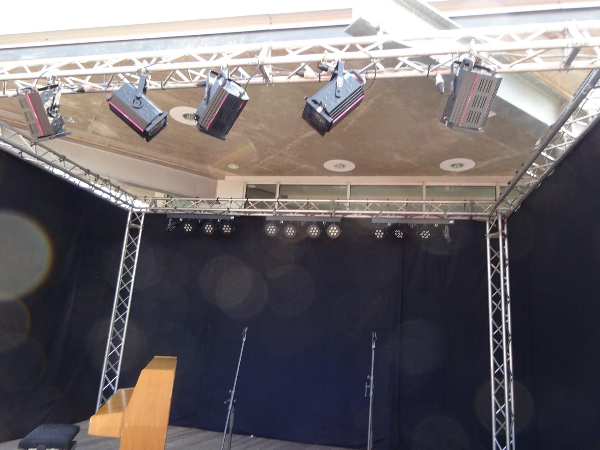 Scheinwerfer in Bühnenumrandung
