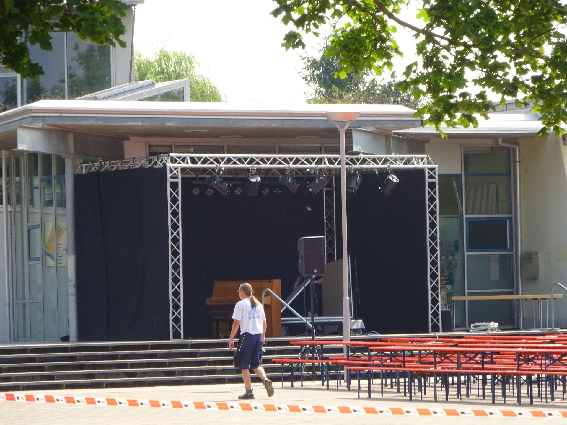 Bühnenumrandung für und mit schwarzem Molton