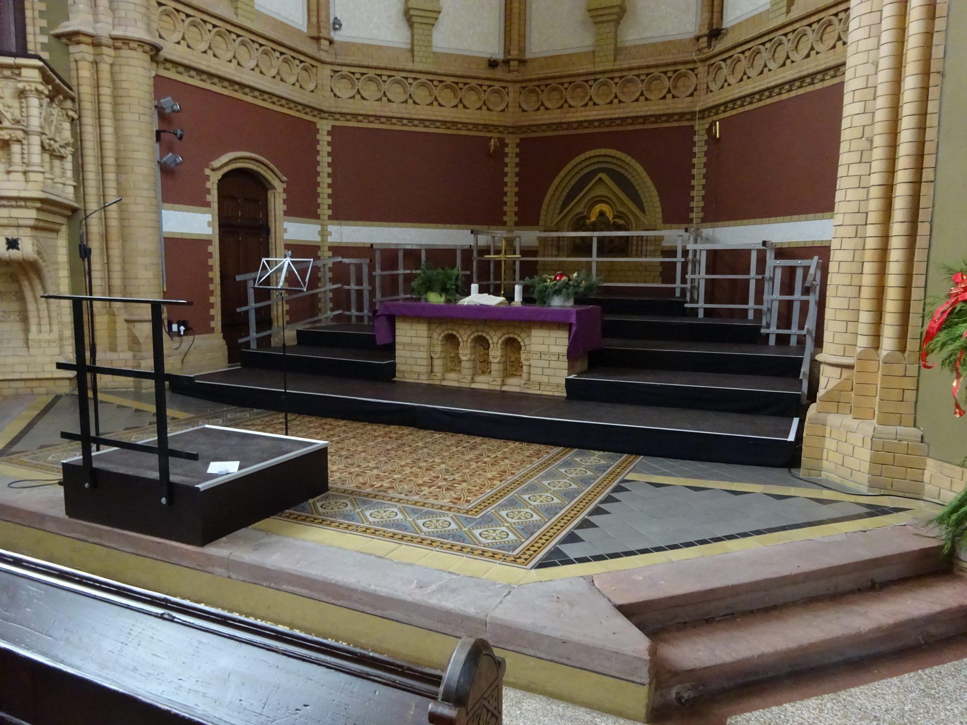 Chorpodest mit Dirigentenpodest an Altar angepasst