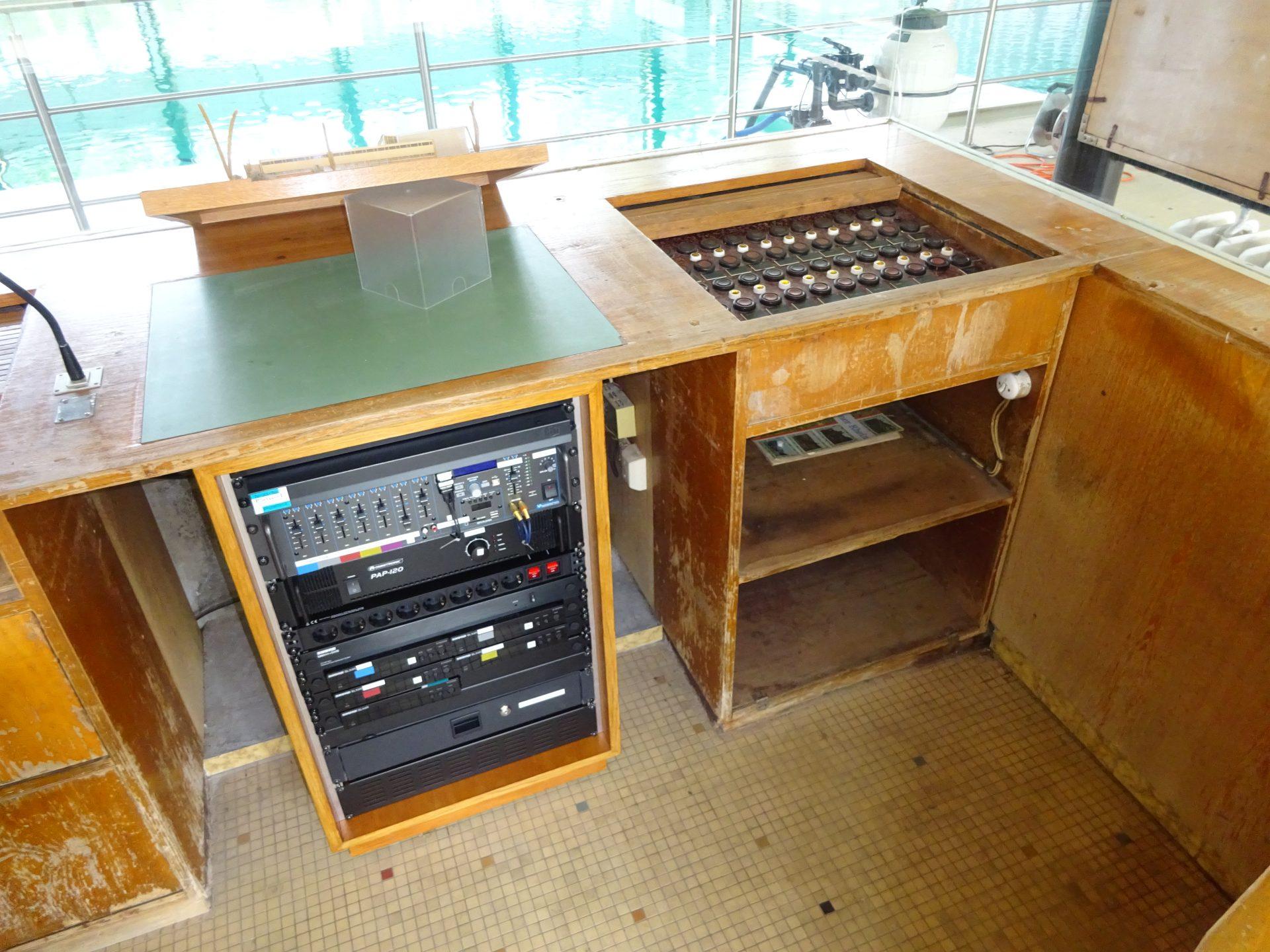 Denkmalgerechtes Audio Funk Rack altes Hallenbad