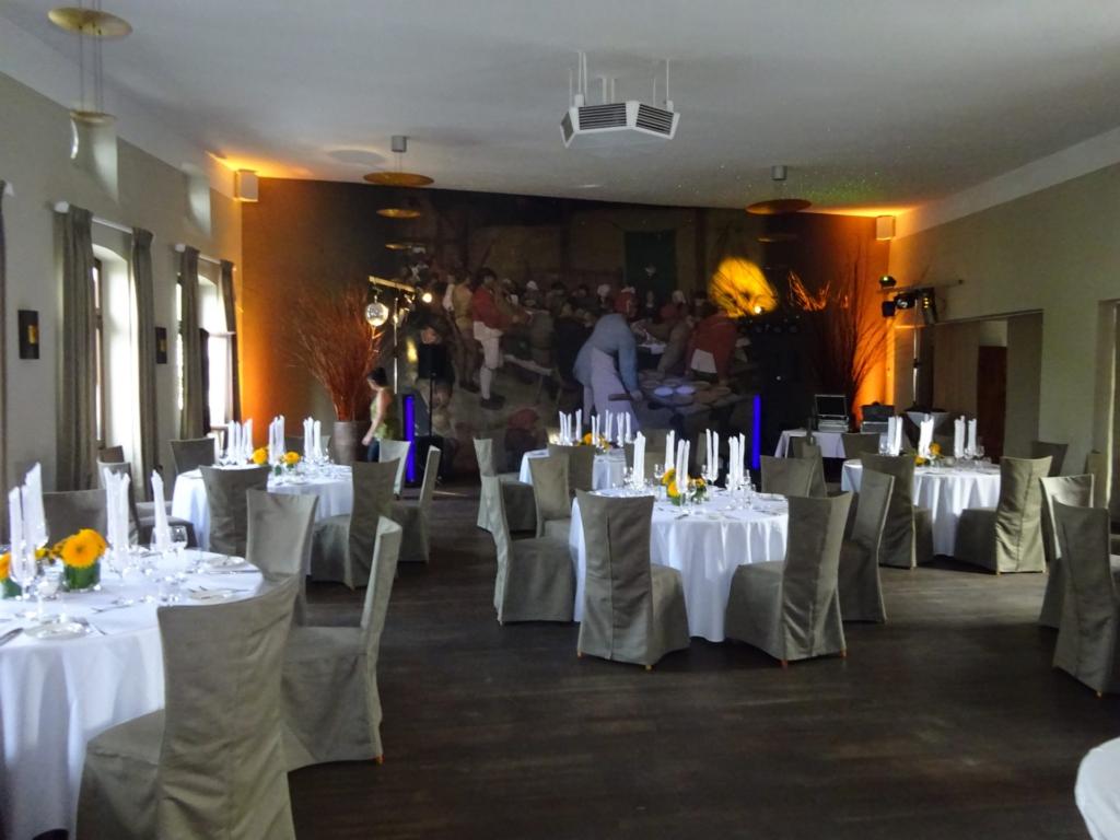 Dinner, Tanzfläche, Lichteffekte einer Hochzeit