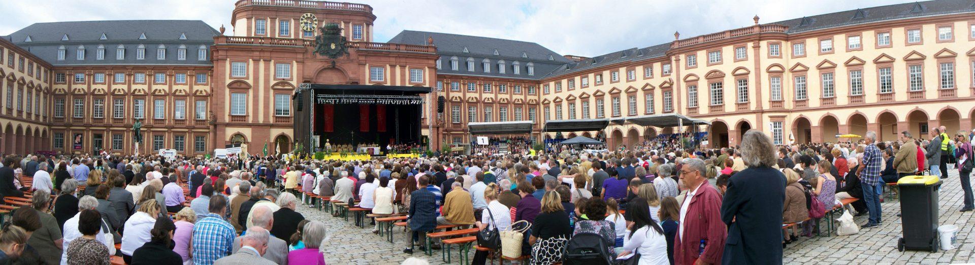 Trailerbühne und Tribünen OpenAir Gottesdienst Schloss Mannheim