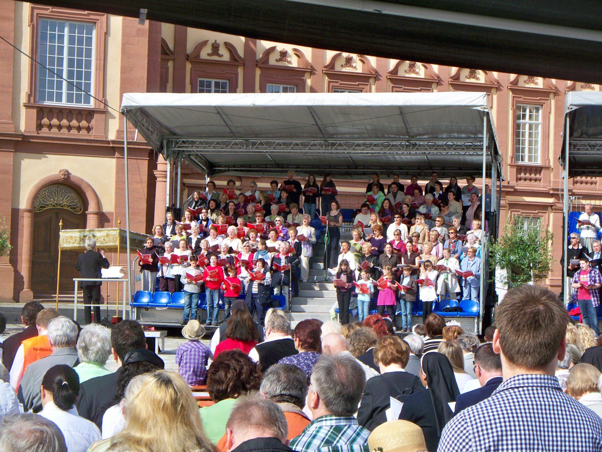 Trailertribüne OpenAir Gottesdienst Chor