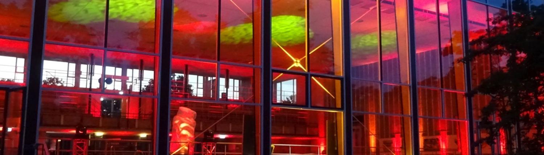 Blick von aussen mit Flamelight ins Hallenbad