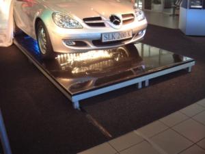 Sunstrip Blinder unter Auto auf Bühnentisch