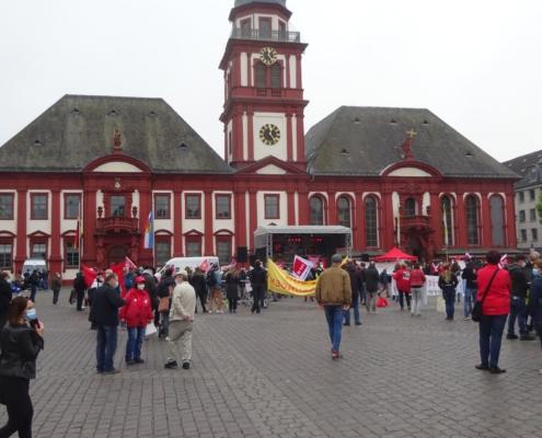 Bühne mit Veranstaltungstechnik Gewerkschaftskundgebung